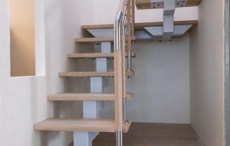 Лестница на металлическом каркасе с обратной ступенью