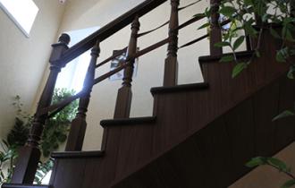 Как закрыть лестницу на второй этаж от маленького ребенка