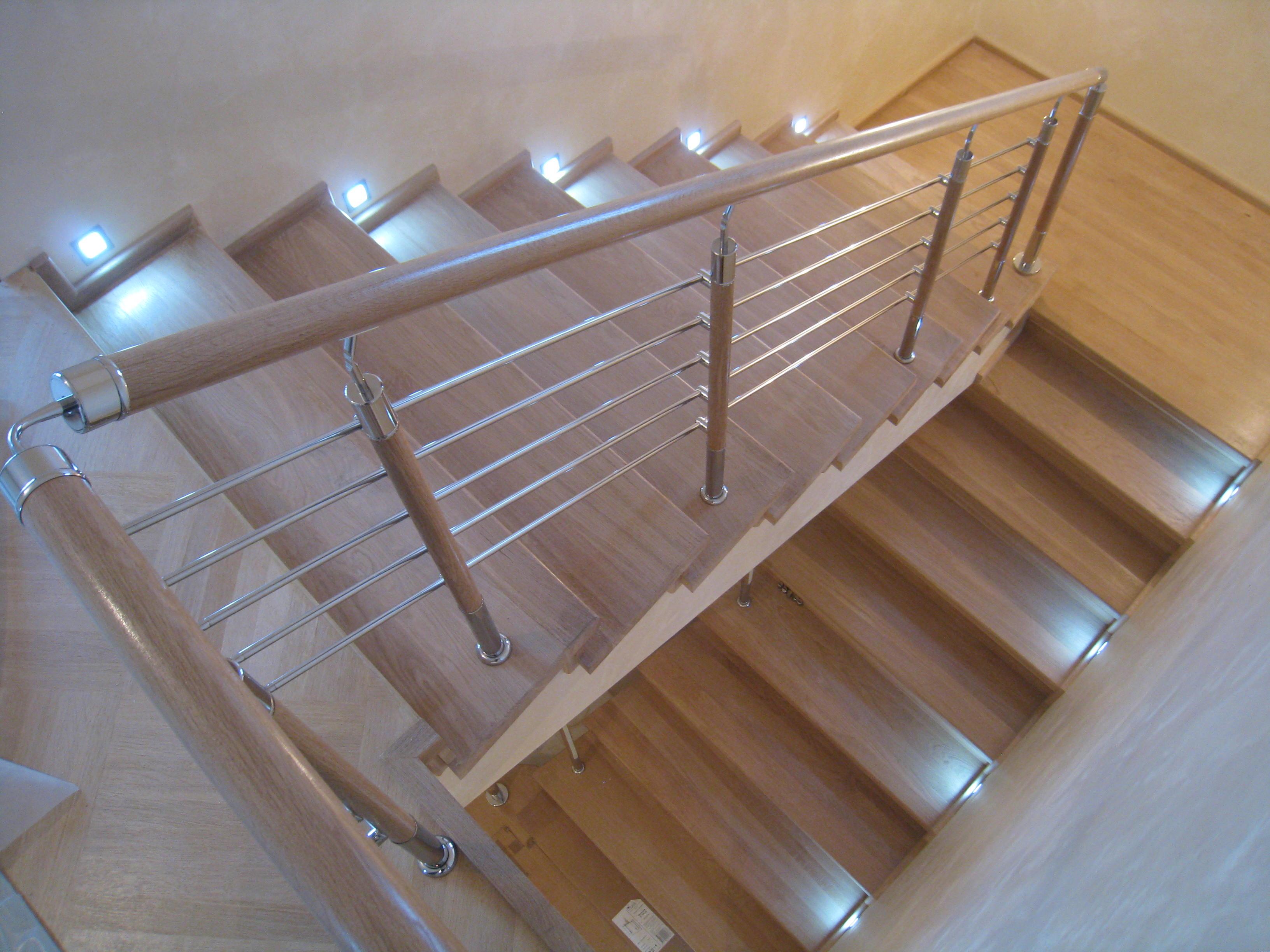 Лестница на бетонном основании с дубовыми ступенями и подступенками