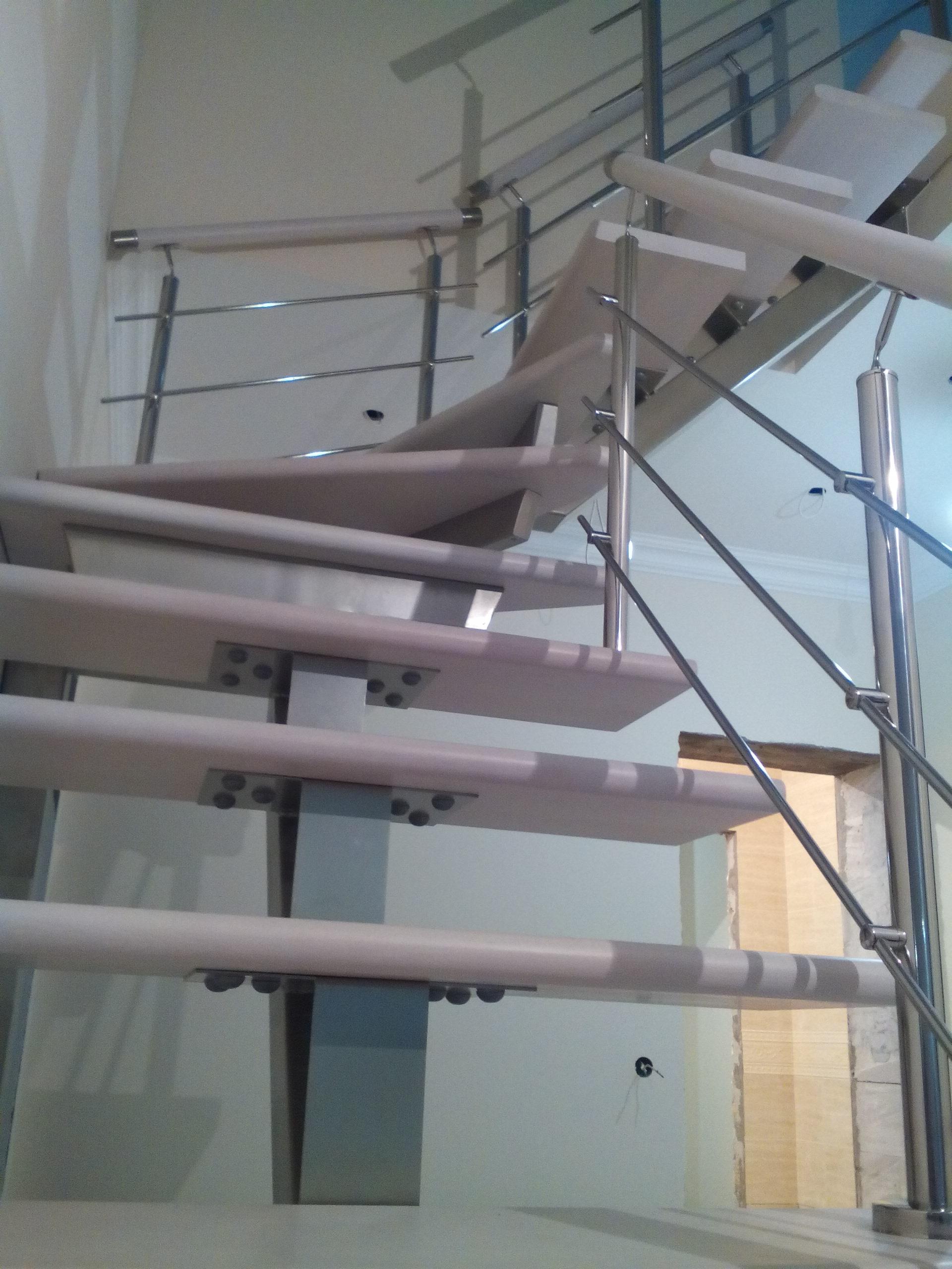 Лестница на центральном металлокосоуре из бука - 3