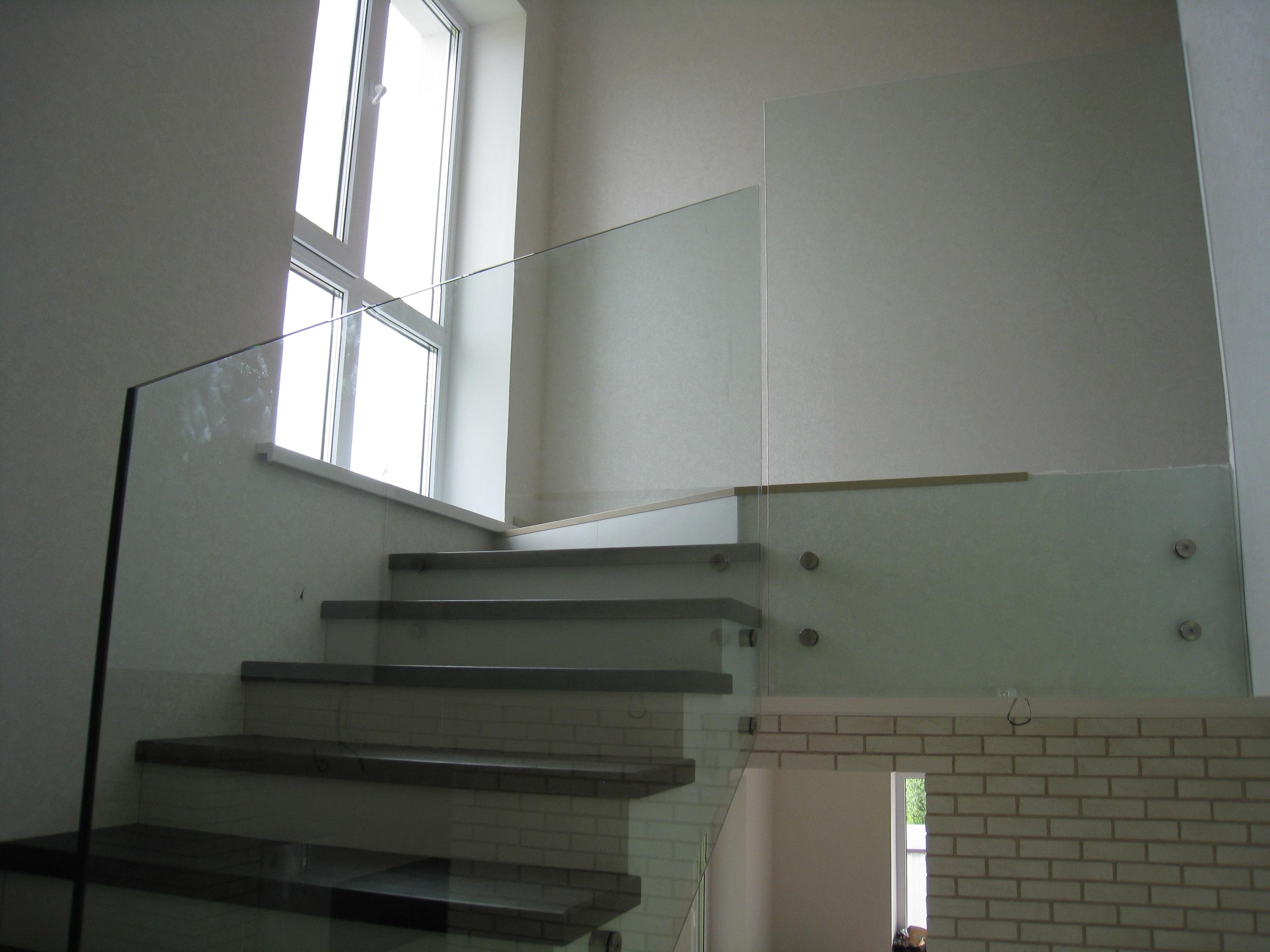Стеклянные перила с боковым креплением для бетонной лестиницы