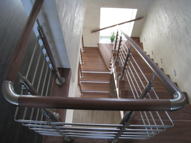Лестница на бетонном основании со ступенями из массива ясеня, лак Bona