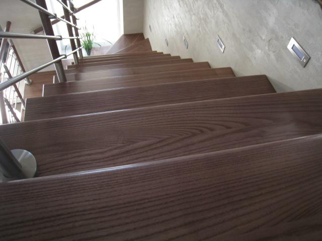 Лестница на бетонном основании со ступенями из массива ясеня