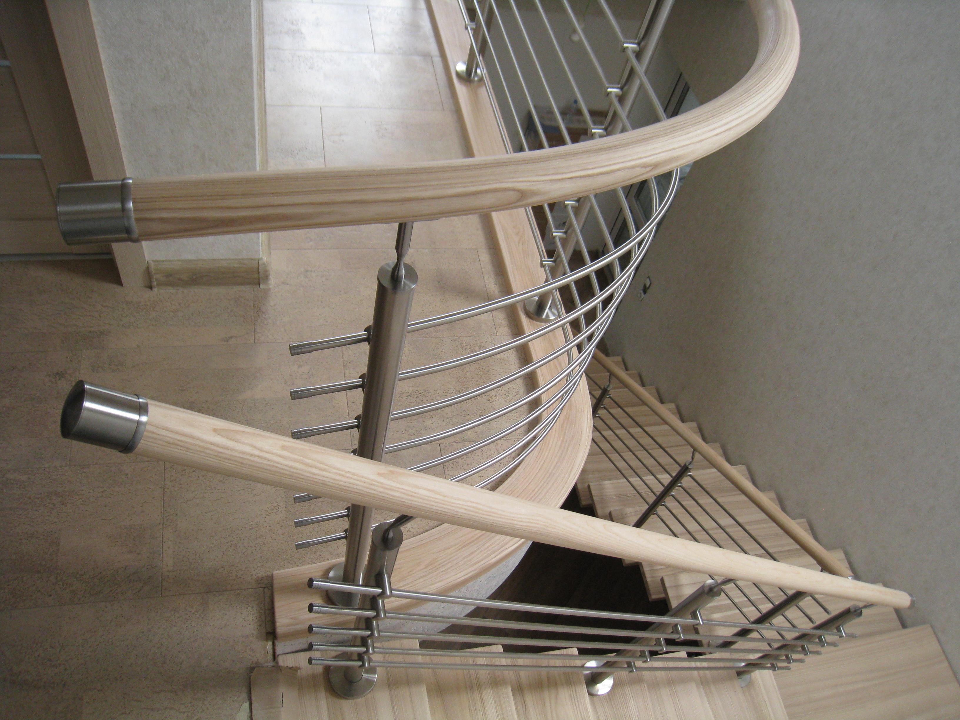Комбинированные перила с поручнем из массива ясеня и покрытием матовый лак Renner