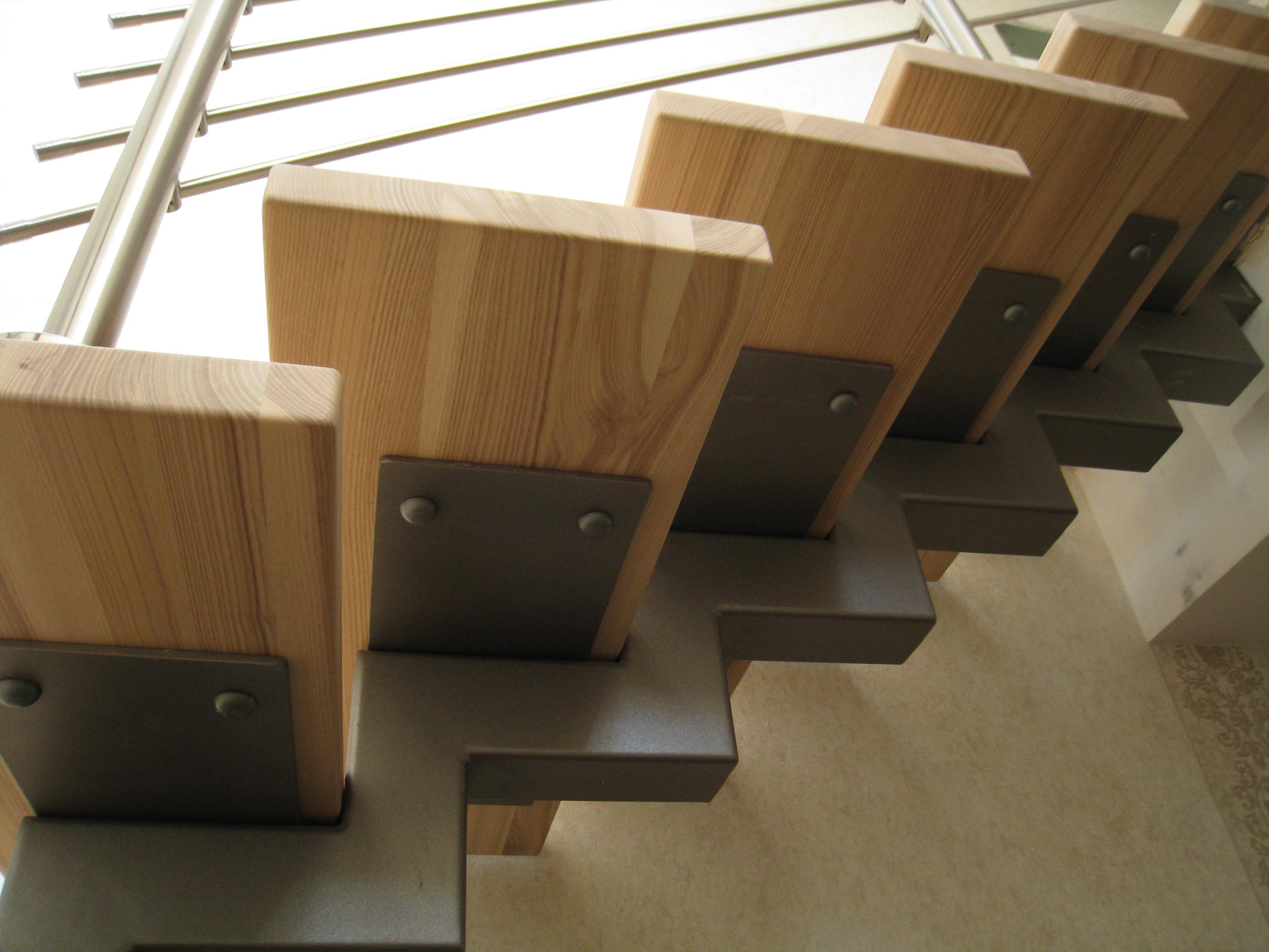 Лестница на центральном Г-образном металлокосоуре с деревяннми ступенями