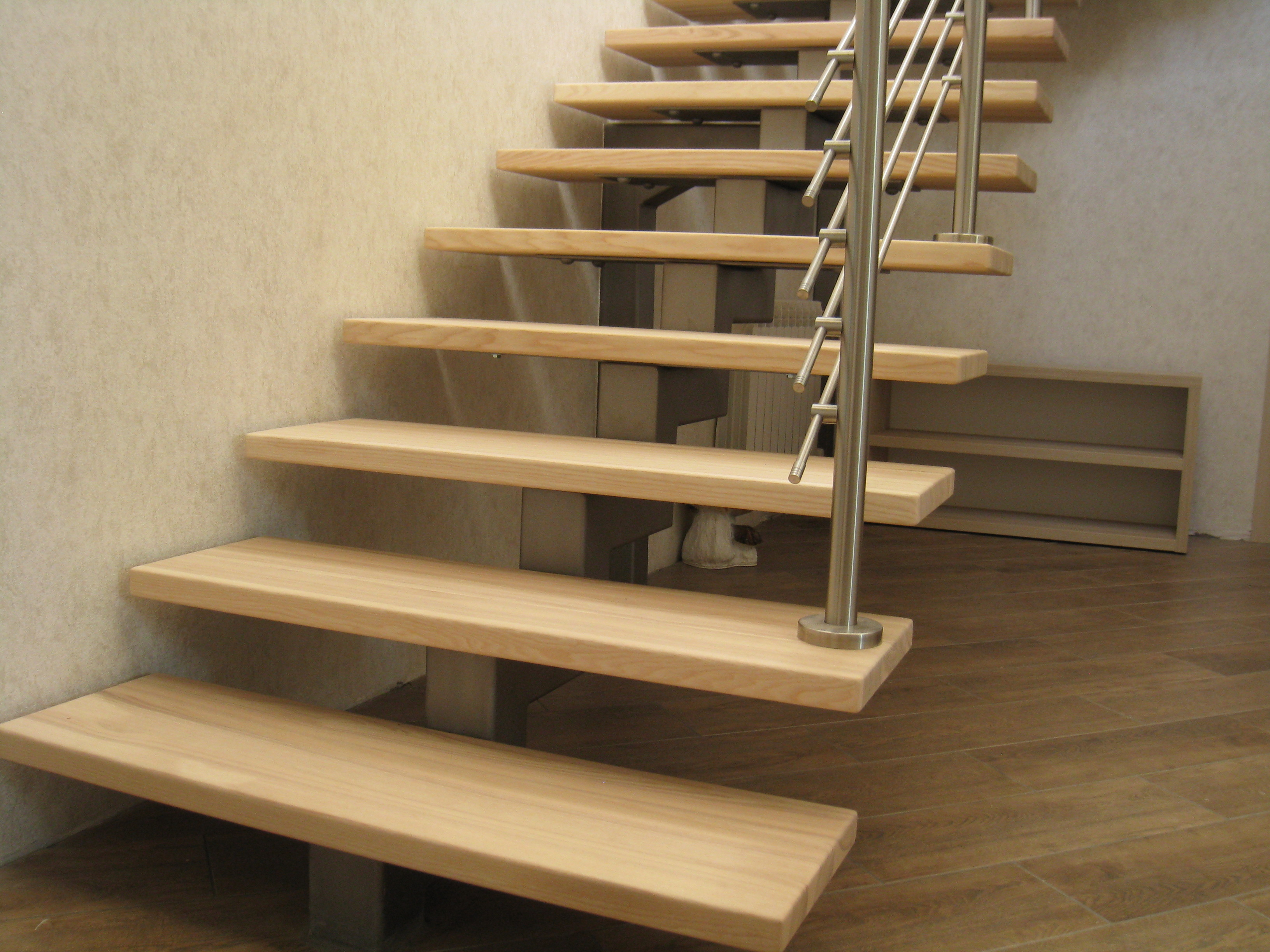 Лестница на центральном Г-образном металлокосоуре со ступенями из массива ясеня