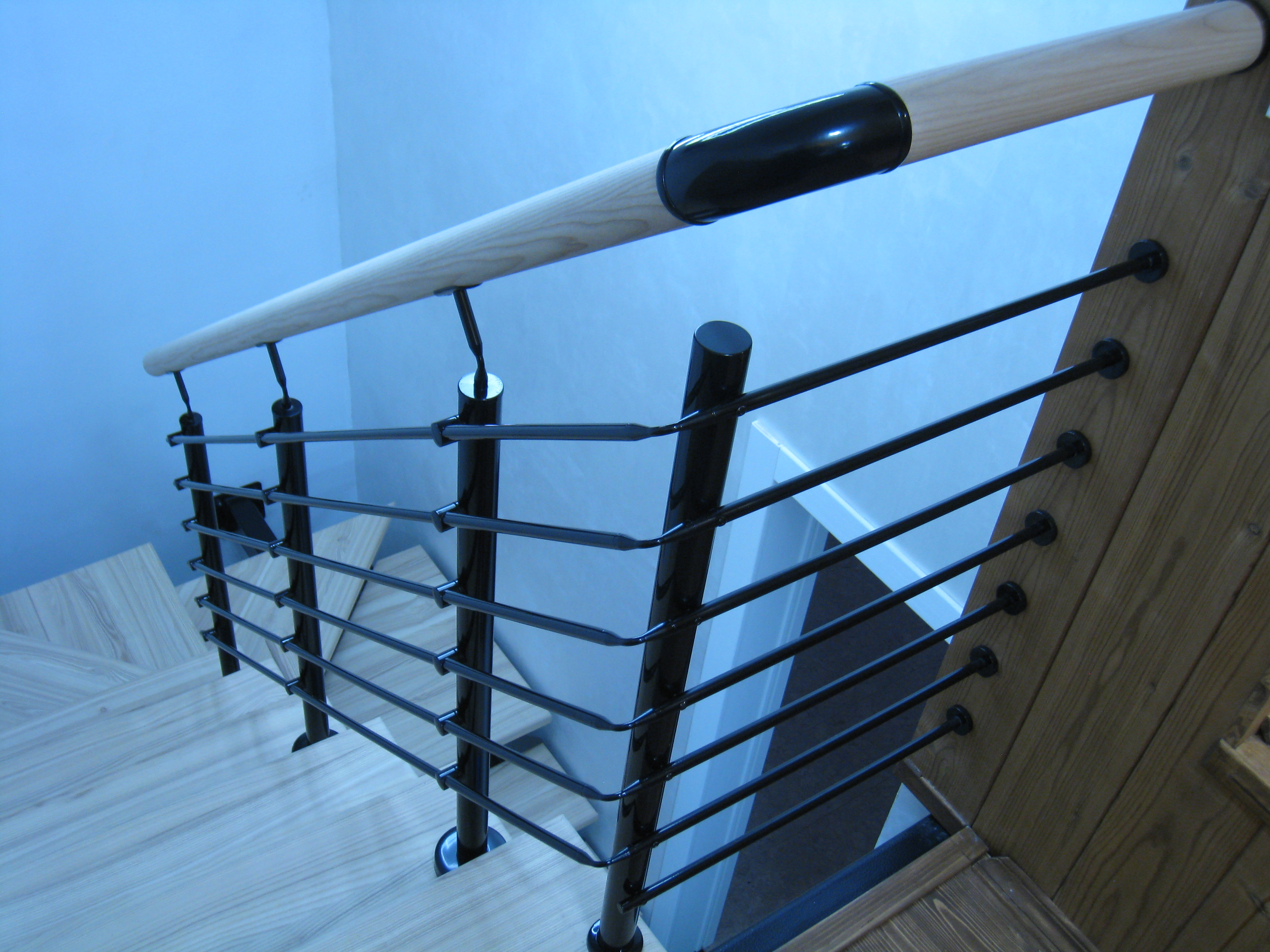 Лестница на центральном металлокосоуре с полимерным покрытием
