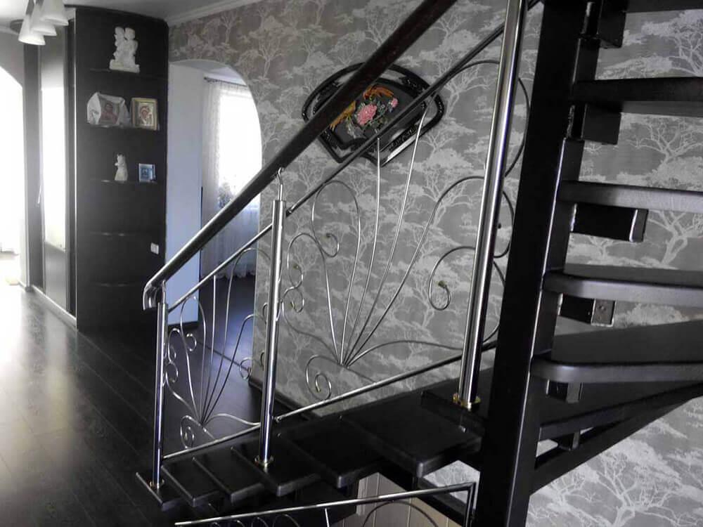 Заказать металлическую лестницу с дубовыми ступенями