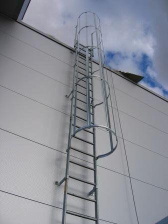 Пожарная лестница м ограждением