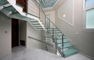 Стильный тандем — лестница из металла и стекла