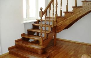 Буковая лестница как центральное украшение интерьера