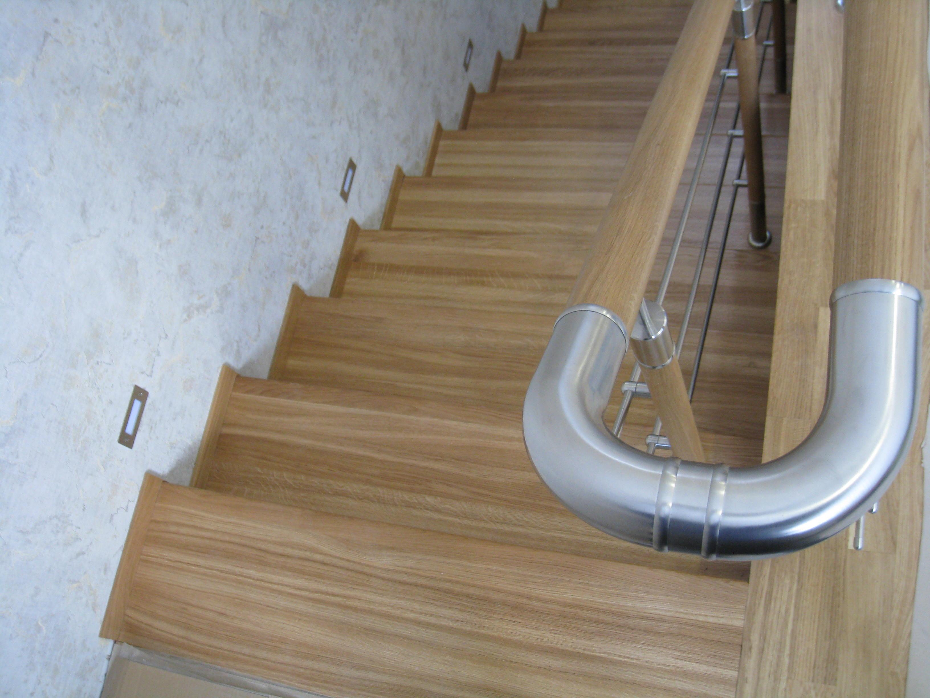 Лестница на бетонном основании с дубовыми ступенями, ЛКП-лак