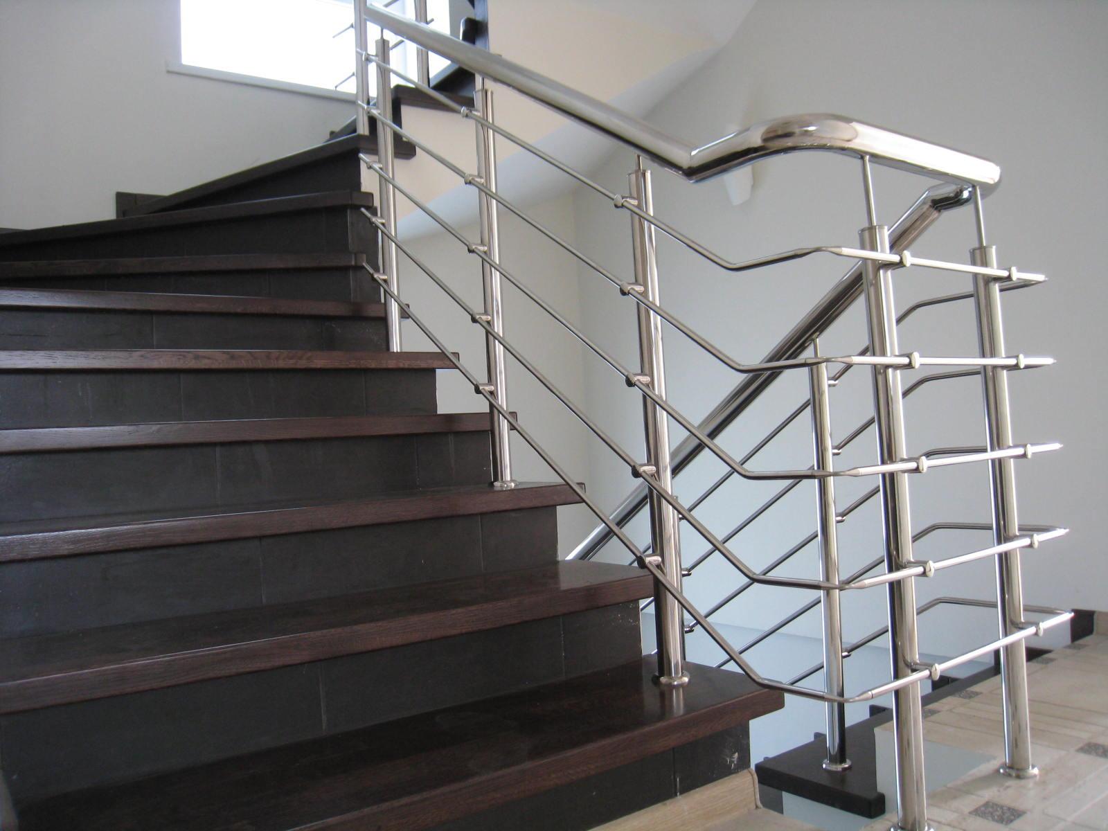 Лестница на бетонном основании со ступенями из мебельного щита