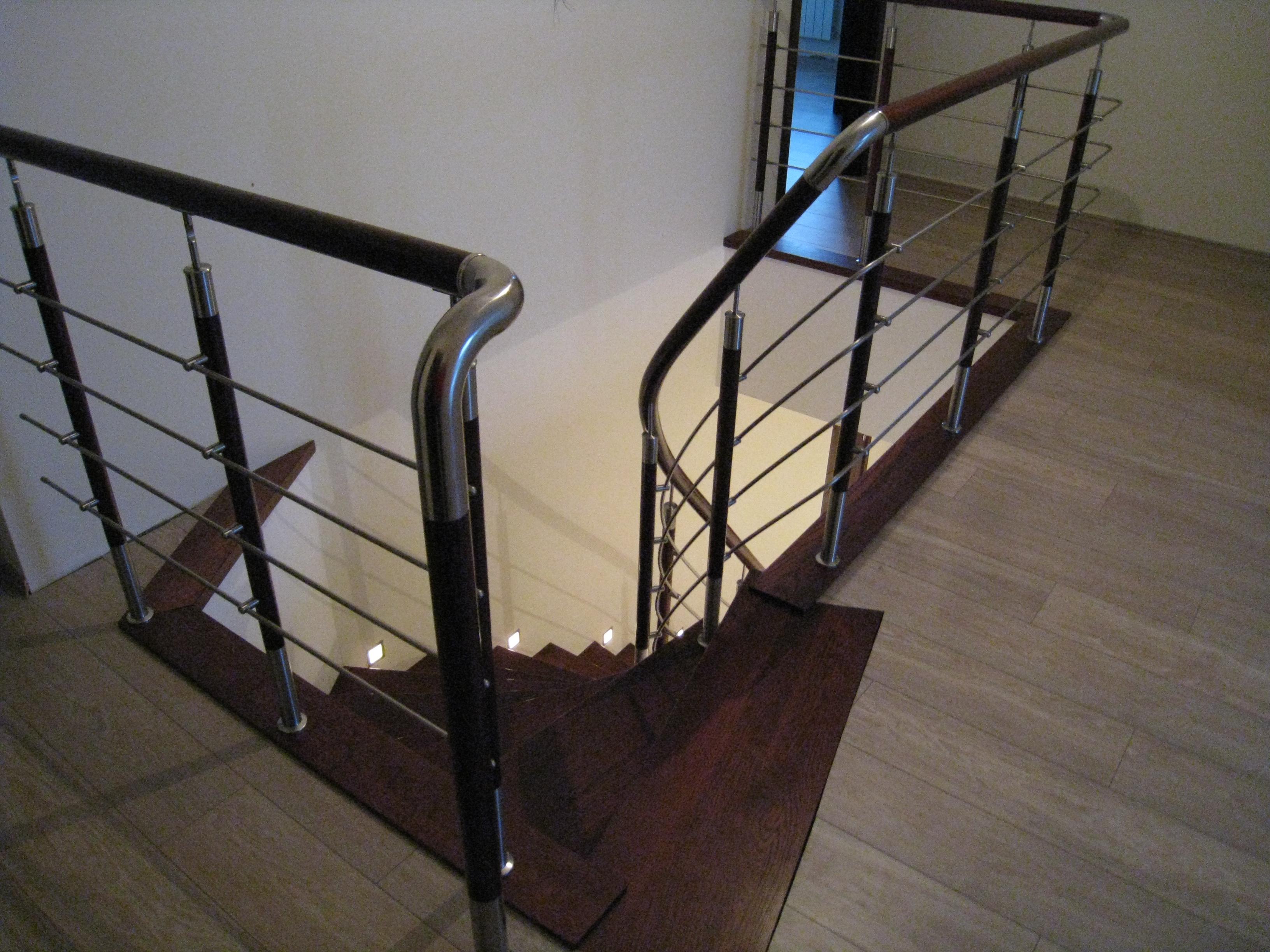 Лестница на бетонном основании со ступенями из массива дуба