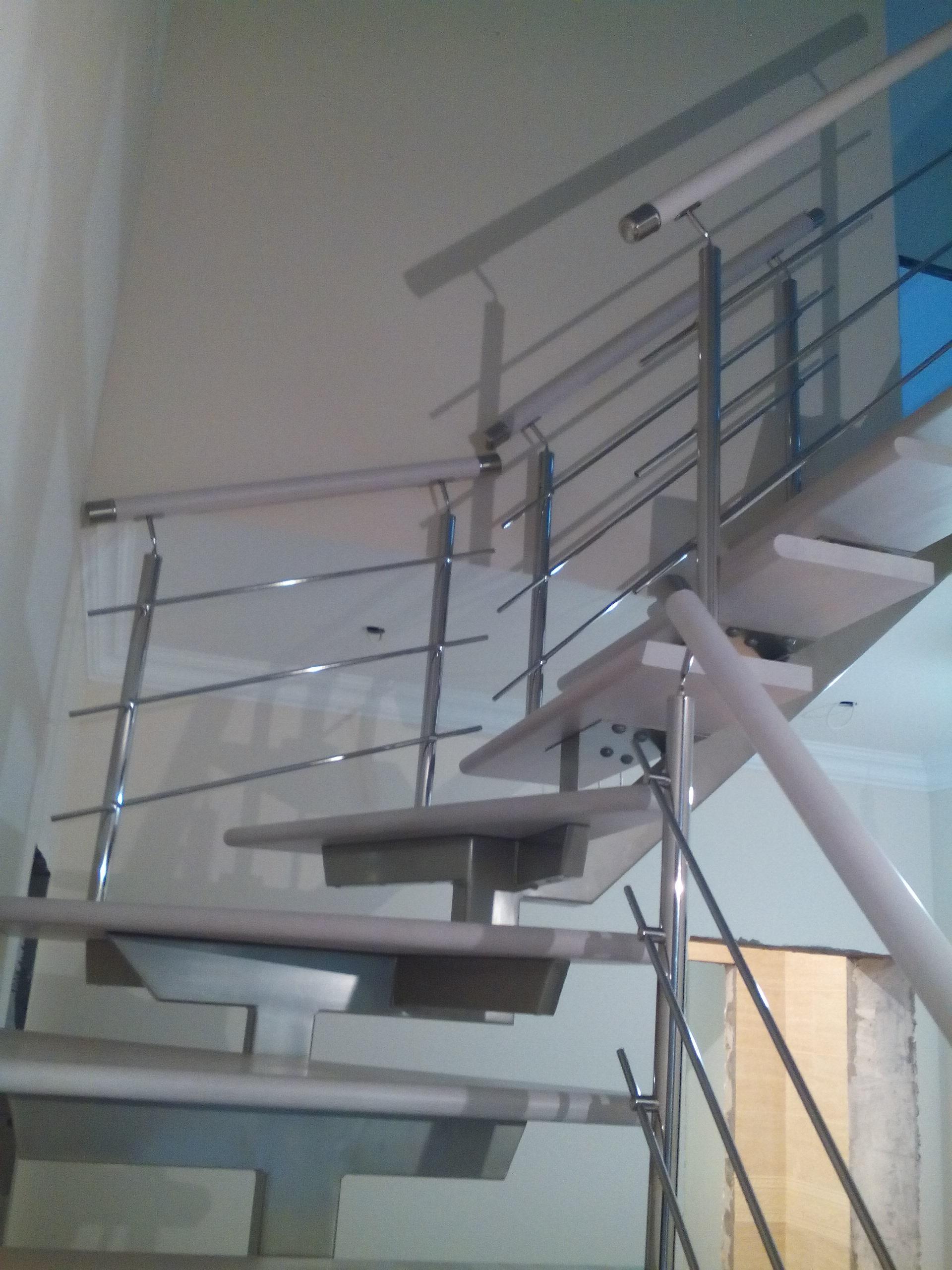 Лестница на центральном металлокосоуре со ступеньками из массива бука