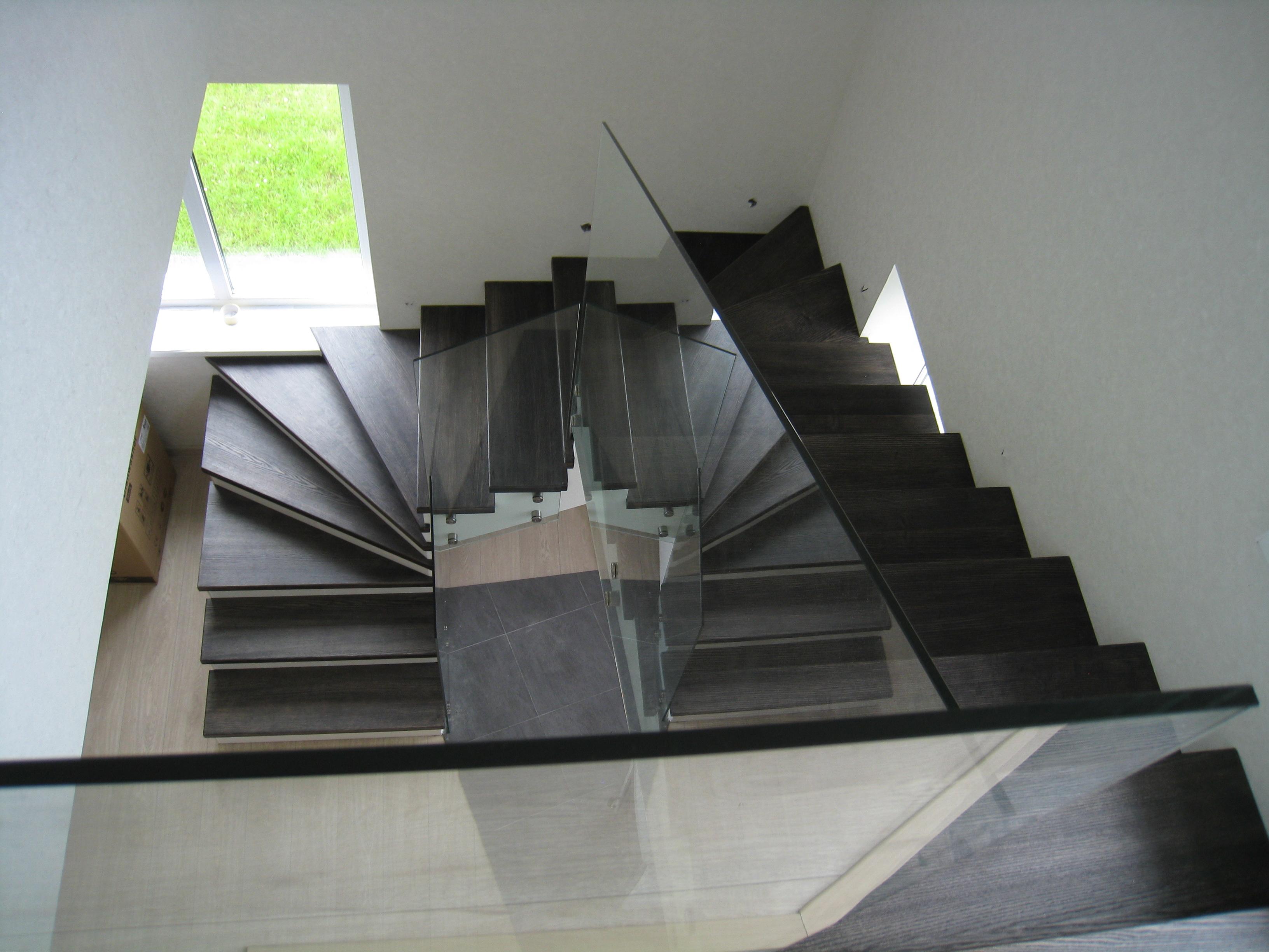 Перила из стекла с боковым креплением для бетонной лестницы