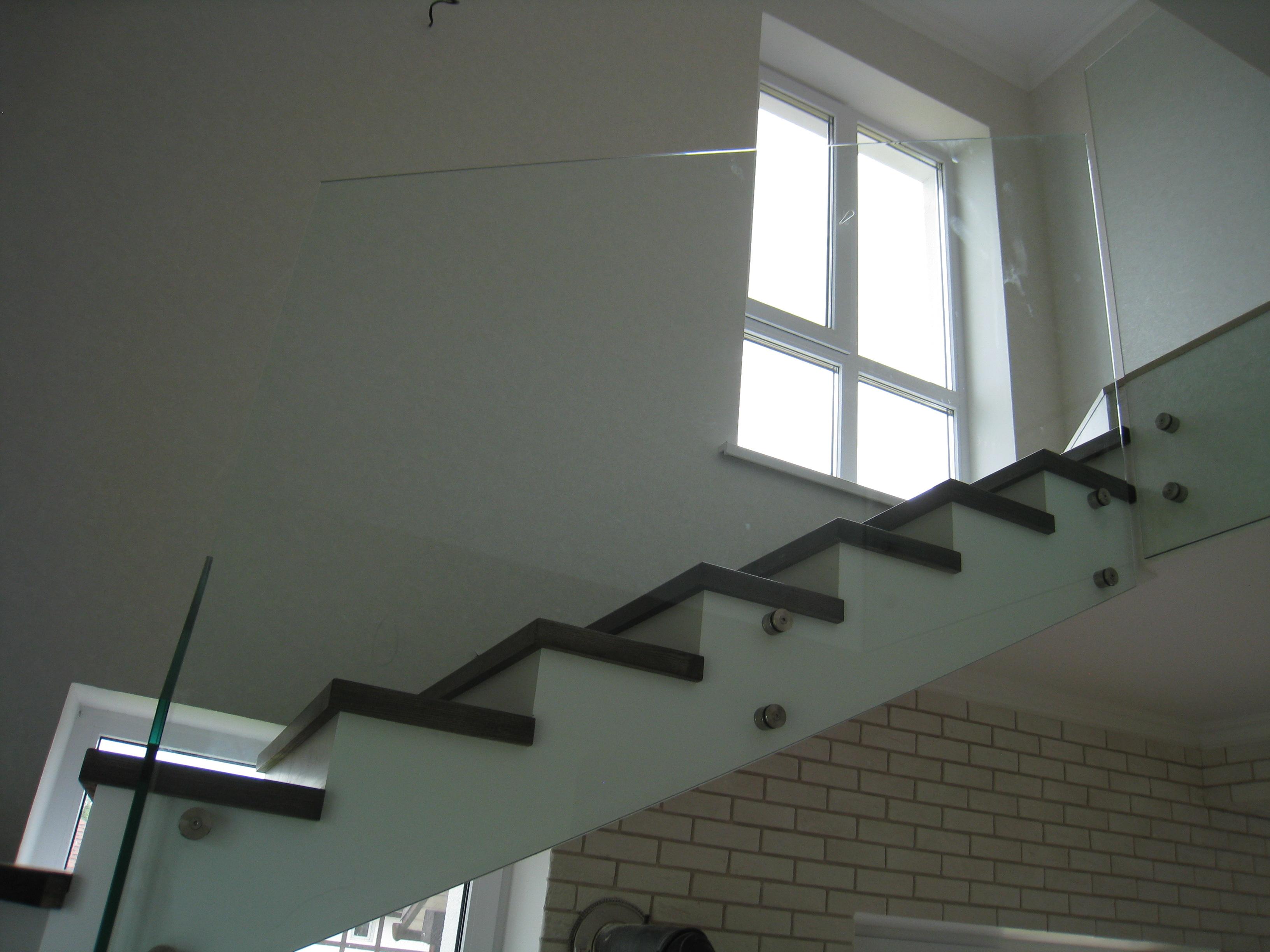 Перила из стекла с боковым креплением для лестницы