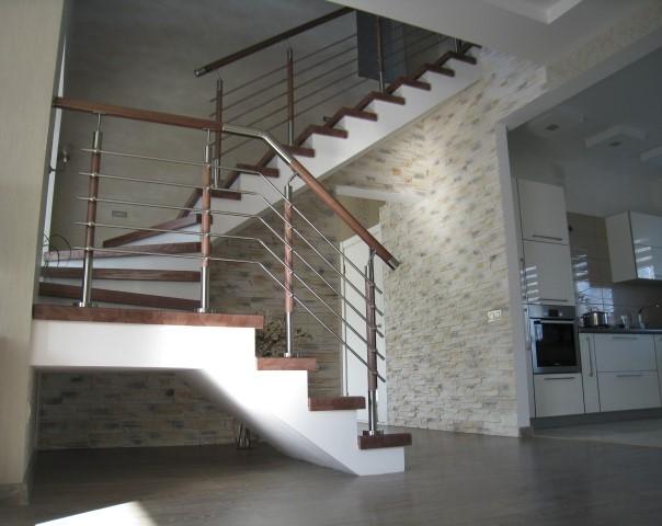 Лестница еа бетонном основании, лак Bona