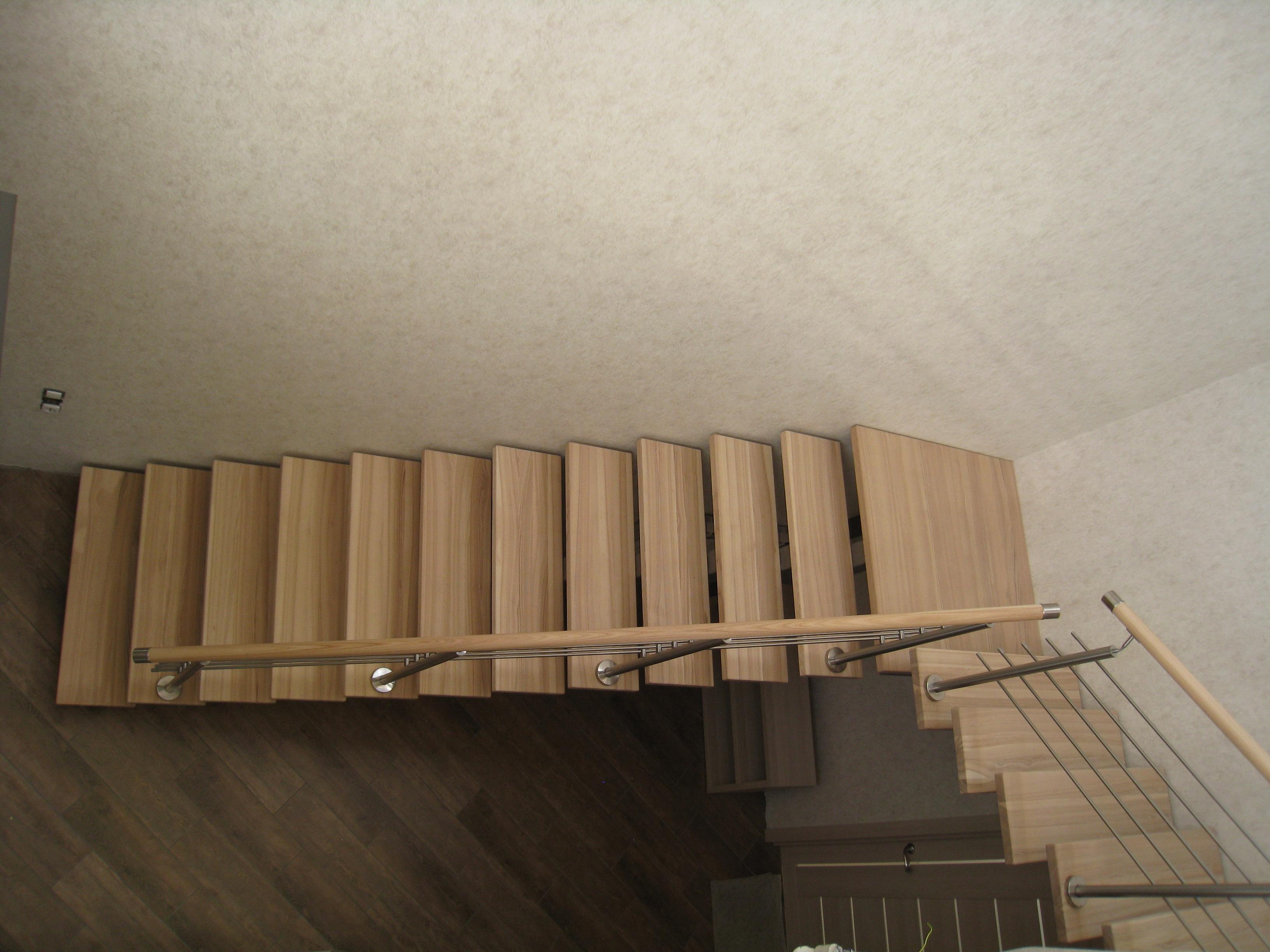 Лестница на центральном Г-образном металлокосоуре со степенями из массива ясеня