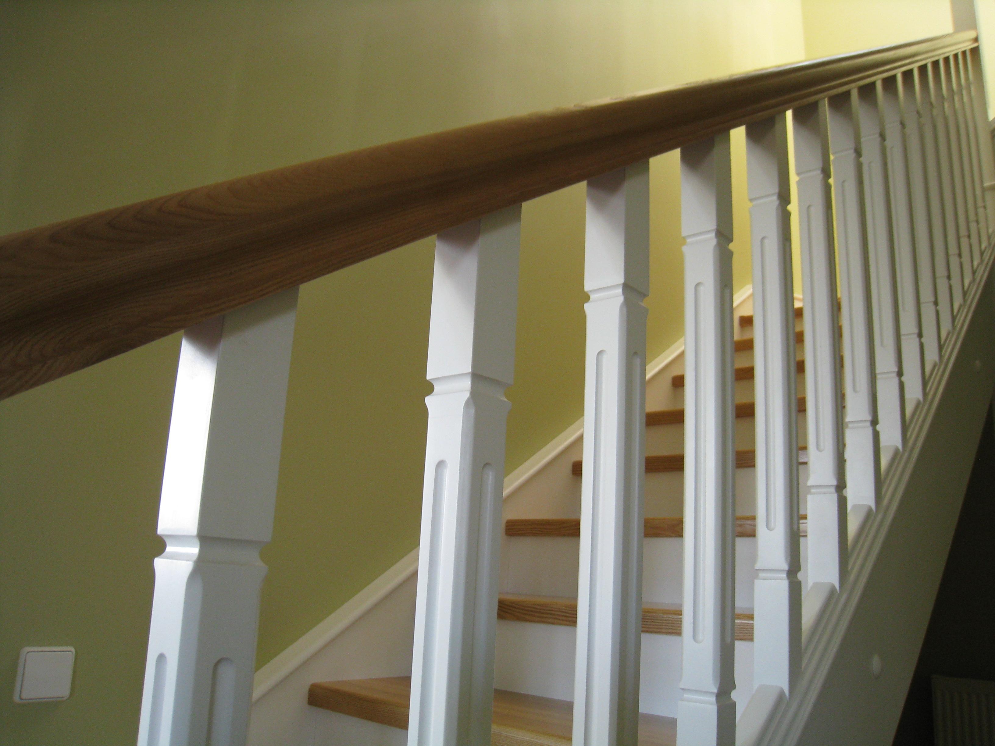 Комбинированная лестница из массива ясени и ольхи, лак на водной основе