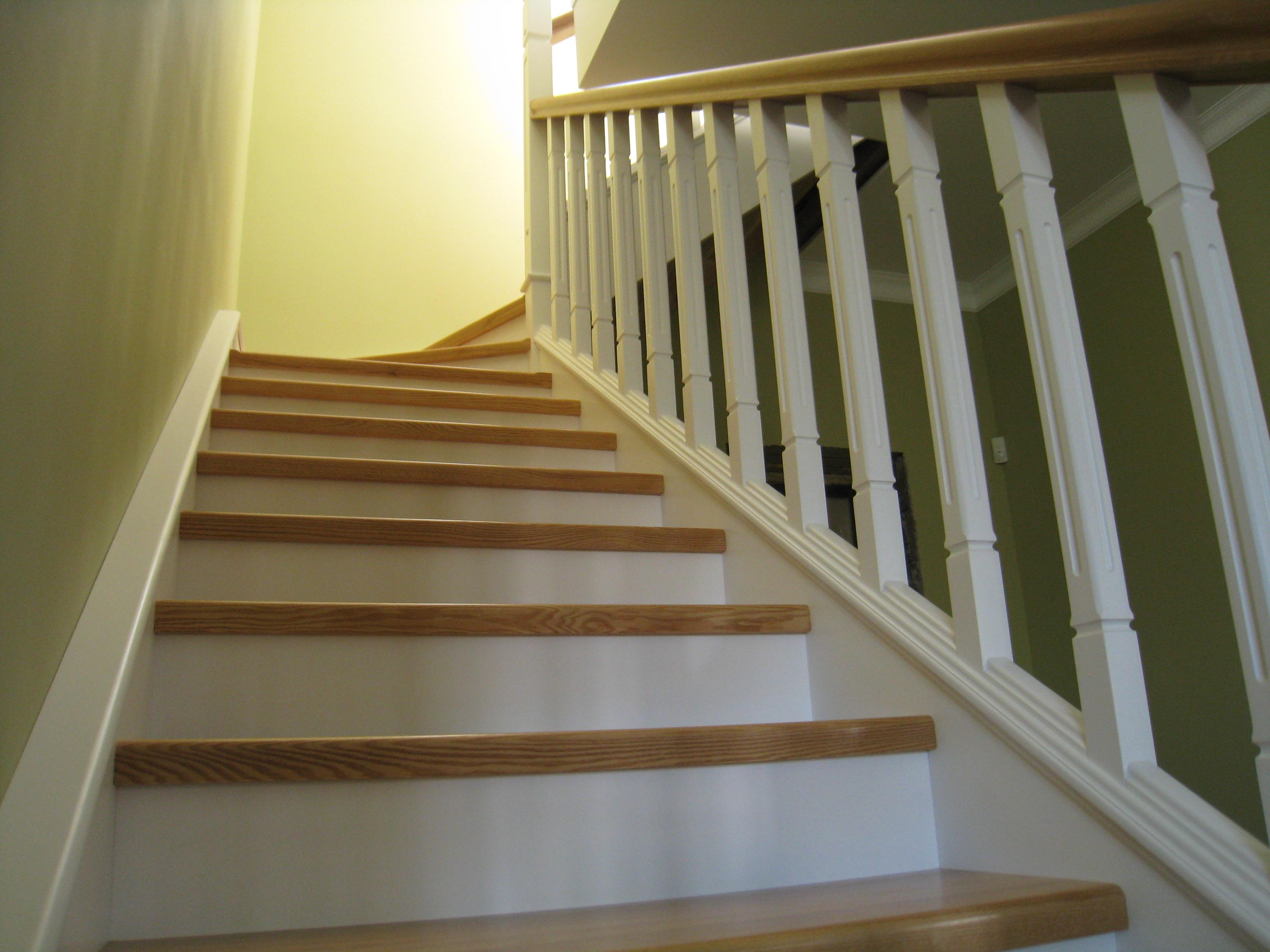 Комбинированная лестница из массива ясеня и ольхи