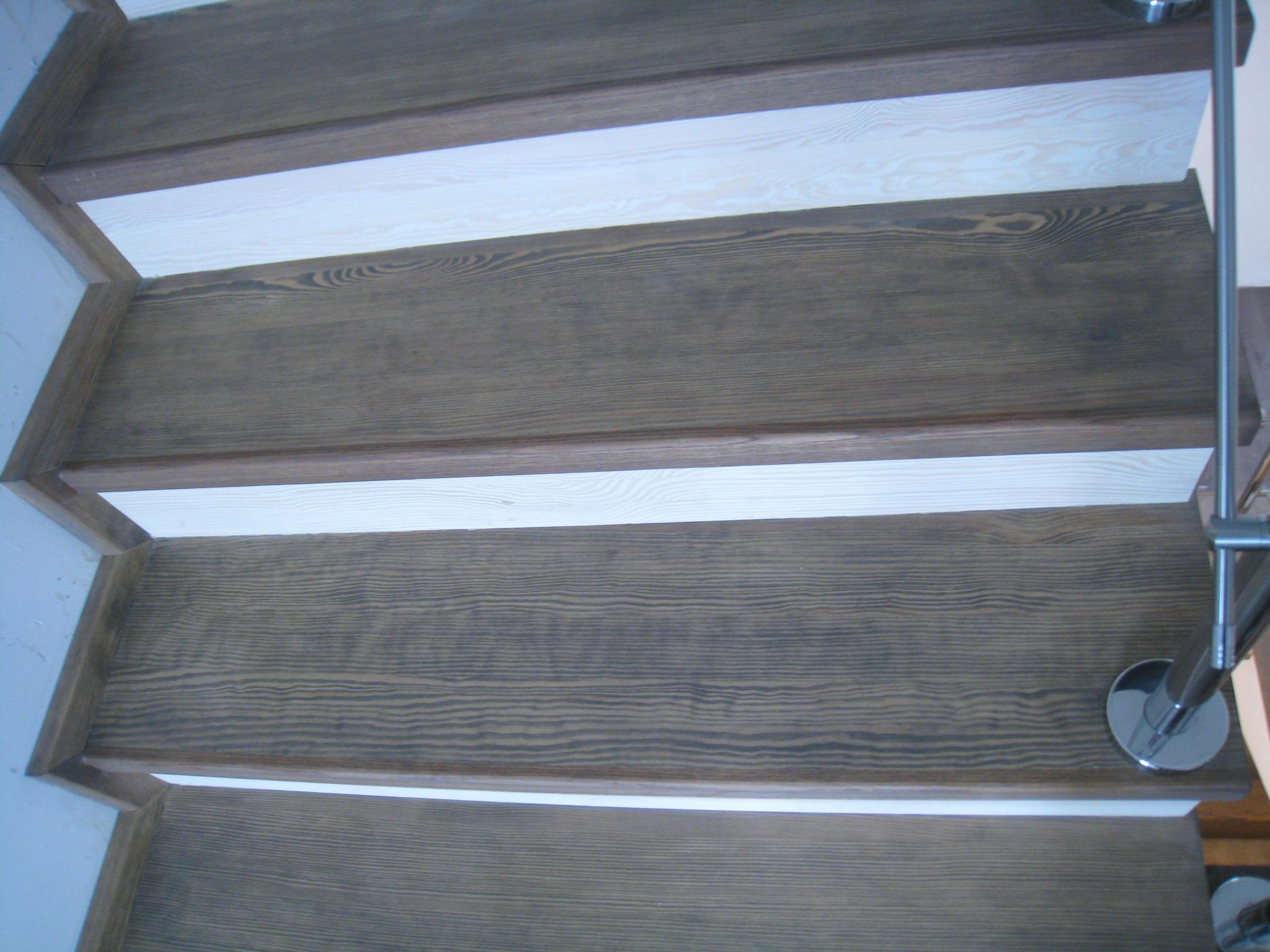 Лестница на бетонном основании со степенями из массива сосны