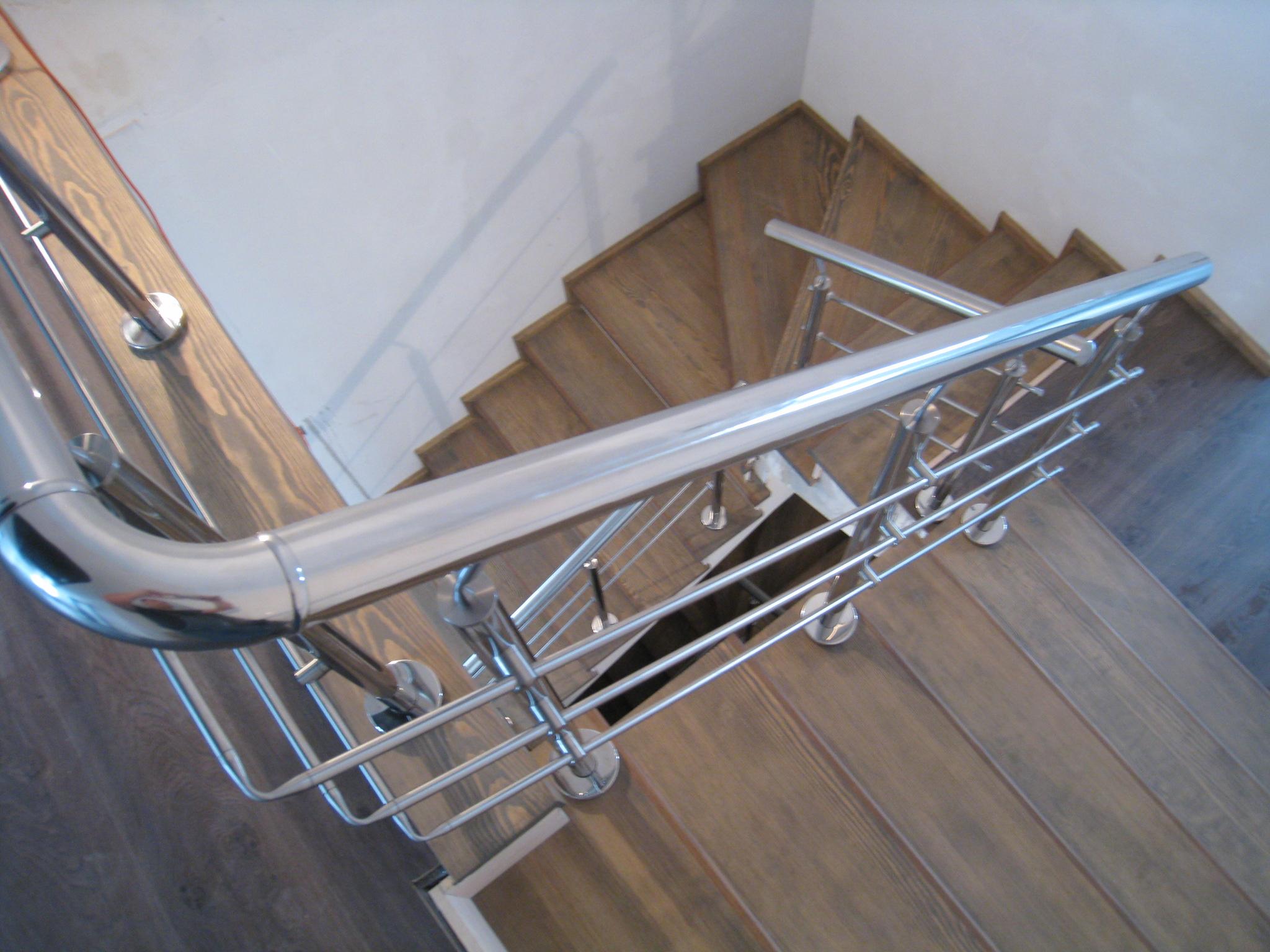 Лестница на бетонном основании со ступенями из массива сосны