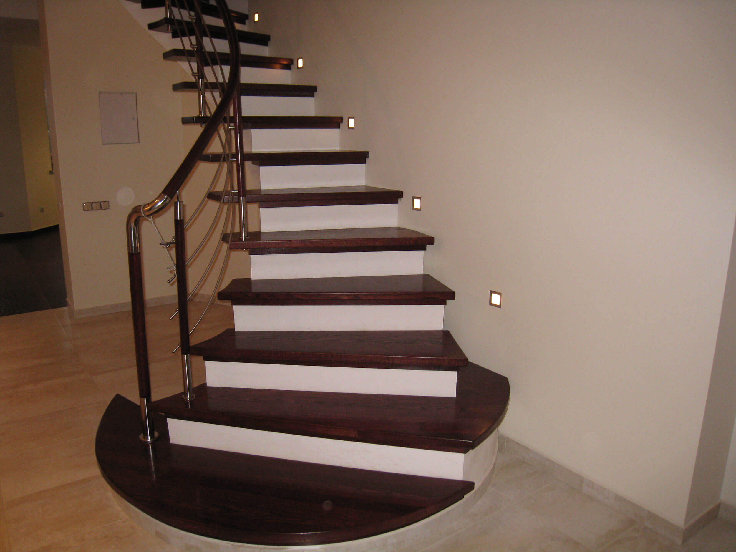 Заказать лестницу со ступенями из дуба
