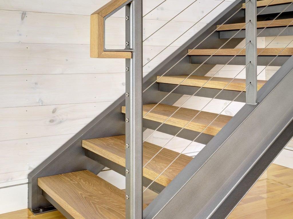 Деревянные ступени для лестницы на металлическом каркасе