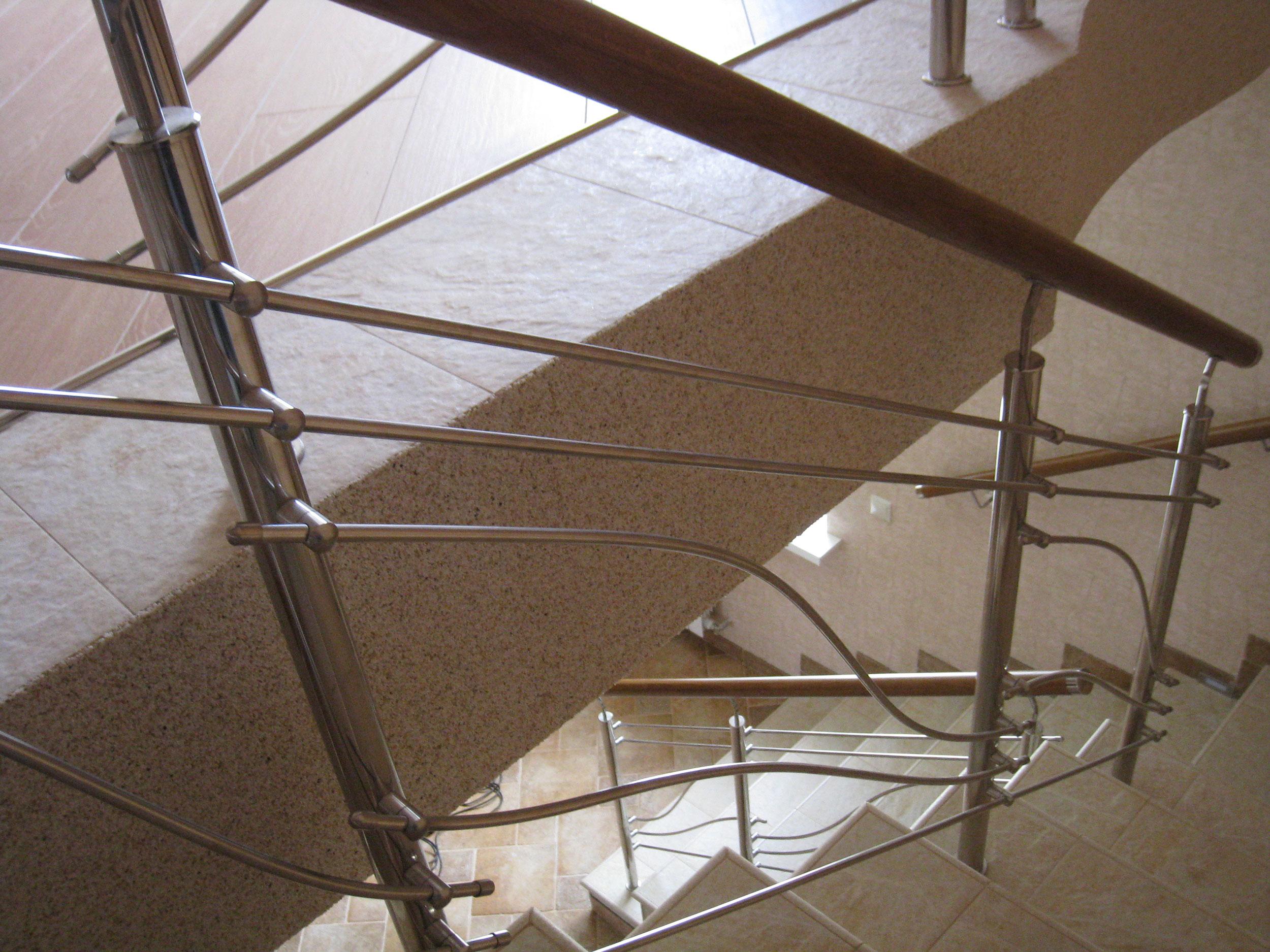 Комбинированные перила из нержавеющей стали и дуба в сочетании с прямыми и изогнутыми ригелями